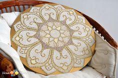 """Mosaico: """"Rosácea #2"""" - Pode ser confeccionado como prato giratório ou tampo de mesa. <br> <br>Confecção: Vidro pintado artesanalmente nas cores: branco, dourado e bege. <br> <br>As peças, por serem artesanais, podem sofrer alteração de cor. <br>Fazemos esse modelo em vários tamanhos, sob encomenda."""