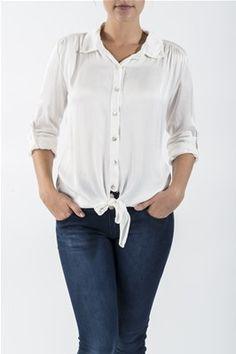 Bluse med silke. Den har knyting foran, og oppbrettbare ermer som kan festes i en knapp. Blusen er noe lenger bak. Kommer i fargene Navy, Offwhite og Vinrød. Foran på blusen: 61% Silke, 39% Viskose. Bak på blusen: 96% Viskose, 4% Elastan. Buttons, Tops, Women, Fashion, Moda, Women's, La Mode, Shell Tops, Fasion