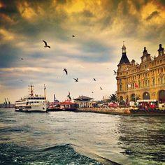 Karaköy, Haydarpaşa, Kadıköy,  Martılara simit atma şenlikleri devam ediY