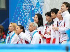 フィギュア団体女子SPの演技を終え、得点板を見つめる浅田真央(下段左から2人目)ら日本の団体メンバー=川村直子撮影