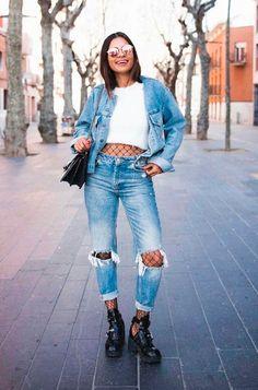 Look all jeans com calça destroyed + cropped branco + meia arrastão + jaqueta jeans.