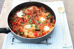 Eet jij graag gezond? Maak dan eens shakshuka met kip. Dit gerecht is koolhydraatarm, lekker én gemakkelijk te maken. Vol vitamines en mineralen!