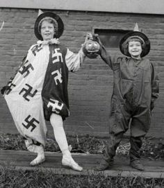 Хеллоуин, праздник радости и добра. На фото винтажные хеллоуин-костюмчики. США. 30-е годы.