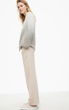 These lightweight linen trousers are the perfect companion for summer. Due to the drawstring it is comfortable to wear. This timeless and casual classic is easy to style. The side pockets complete the look.
