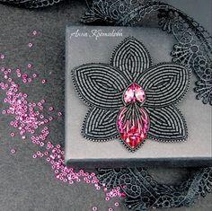 Нет описания фото. Bead Embroidery Patterns, Embroidery On Clothes, Bead Embroidery Jewelry, Beaded Embroidery, Beaded Brooch, Beaded Earrings, Beaded Jewelry, Brooches Handmade, Handmade Jewelry
