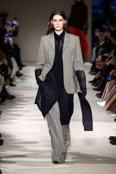 Idee outfit colori Pantone Autunno-Inverno 2017-2018 - Neutral Grey, vestito con camicia nera. Traje con camisa negra larguisima abajo