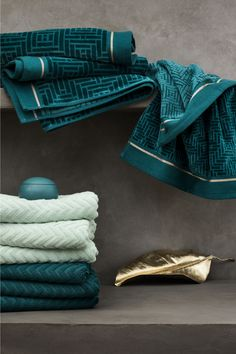 Jacquard-weave hand towel with a velour front, cotton terry back and gold-coloured stripes. Hanger on one short side. Teal Bathroom Accessories, Teal Bathroom Decor, Bathroom Towels, Bathroom Styling, H&m Home, Teal And Gold, Bath Linens, Small Room Bedroom, Jacquard Weave