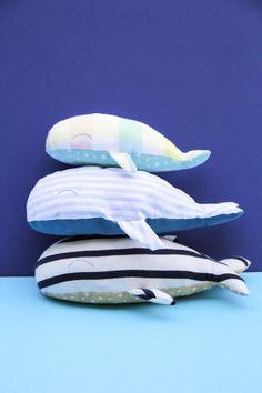DIY - famille baleine en tissus (tuto gratuit @ChouetteKit et découpe des tissus avec Cricut) - couture facile, cadeau fait maison pour enfant, déco sympa #couturefacile #diyenfant #cricutmaker #chouettekit Diy Sac, Cricut, Outdoor Decor, Beach Keepsakes, Fabric Bags, Fabrics, Ikea Duvet, Whale, Create A Critter