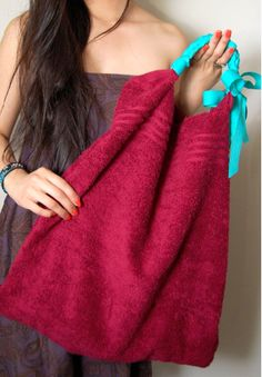 DIY beach bag from a towel. just shake it out n throw it in the wash. Line the inside of existing beach bag with this. Fabric Crafts, Sewing Crafts, Sewing Projects, Cute Crafts, Crafts To Do, Diy Crafts, Simple Crafts, Diy Sac Pochette, Do It Yourself Fashion