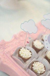 Festa de nuvens e passarinhos. Topper/tag de docinho de nuvem com chuva de coração