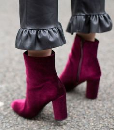 Flat Mules Velvet boots and chic leather pants. So much yes for fall.Velvet boots and chic leather pants. So much yes for fall. Ankle Boots, Bootie Boots, Shoe Boots, Women's Shoes, Combat Boots, Shoes Sneakers, Winter Trends, Trends 2016, Mode Shoes