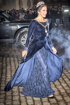 Crown Princess Mary's party dresses. Dress designed by Jesper Høvring Princesa Mary, Princesa Real, Crown Princess Mary, Prince And Princess, Denmark Royal Family, Danish Royal Family, Royal Dresses, Blue Dresses, Party Dresses