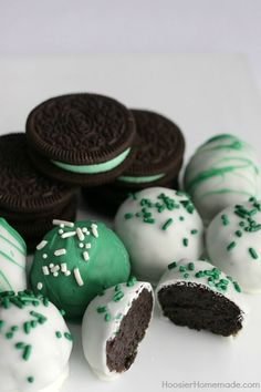 Mint Oreo Truffles - Only 3 Ingredients Is All You Need For These Delicious St. Patrick's Day Treats The Kids Will Have A Blast Crushing The Oreos, And Helping Form The Balls. Plunge In Chocolate Coating, Add Sprinkles And You Have A Fun Treat Pin To Your Oreo Truffles Recipe, Truffle Recipe, Oreos, Just Desserts, Delicious Desserts, Oreo Desserts, Candy Recipes, Dessert Recipes, Mint Recipes
