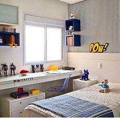 Quarto menino, destaque para a bancada de estudo, papel de parede e super heróis dando um charme. Projeto by @patriciapasquinidesigner Quer ver outros projetos lindos como este, então acesse o Blog ➡️➡️www.fabiarquiteta.com #blogfabiarquiteta #fabiarquiteta #bedroom #kidsroom #arquiteta #boy #menino #quartodemenino #homedecor #instamood #love #cute #instalove #arquitetura #interiores #decoration #home #play #game #brinquedo #photo #arquitetablogueira #fabi