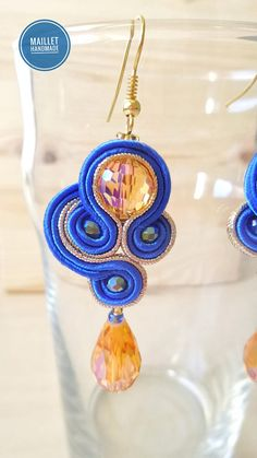 Boucles dOreilles en Soutache, Modèle Radieuse: Ce sont des Boucles Pendantes, réalisées en fils de Soutache, entièrement fabriquées à la main avec Passion et Patience. Elles sont mises en valeur par des fils couleur Bleu Roi, Or Métallisé et des Perles en Cristal couleur Orange, aux