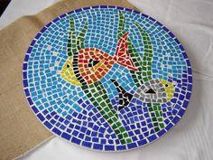 Prato giratório para mesa com 33,5 cm de diametro produzido em MDF e pastilhas de vidro. Desenho de fundo de mar. Lembramos que por se tratar de peça produzida artesanalmente o resultado poderá ser um pouco diferente. Outros tamanhos sob cotação.