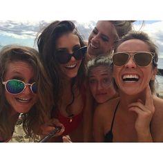 "Pin for Later: Nina Dobrev Passe des Vacances de Rêve à Hawaii ""Beach babes! #HappyHawaii🌺 #SelfieStickGameStrong💪"""