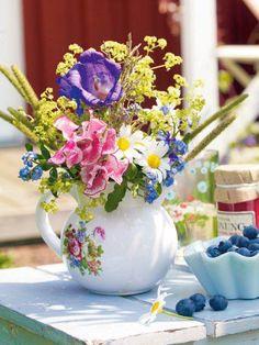 Midsommar: Tischdekoration im schwedischen Look Wir feiern Midsommar!L'esprit céramique s'invite chez vous - Visite DécoLUXE Hochzeit Tischkarten / Kalligraphie Tischkarten / Luxus