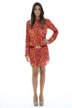 Vestido de seda no estilo chemise. Estampa de cobra laranja e pink de gola alta.