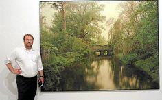 El artista Elger Esser, junto a una de las piezas que componen la exposición 'Nimfees i Ondines', en la Planta Noble del Casal Solleric