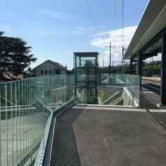 CREARAILING Glasgeländer GG-1005 am sanierten SBB Bahnhof in Rolle, mit Einhaltung aller Sicherheitsstandards und hindernisfreien Zugängen.www.crearailing.ch Metallbau: DefiMetal SA, Mont-sur-Rolle  #CREA#CREARAILING#CREAPOINT#CREALINE #glasgelaender #ganzglasgeländer#glasgeländer #glassrailing#railing#glassbalustrade#railing#swissmade #gardecorpsenverre#stakleneograde#sbb #cff #ffs Glass Balustrade, Glass Railing, Glass Handrail, Glass Handrail