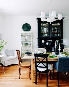 As cadeiras diferentes dão ao espaço de refeição de Mona um estilo descontraído