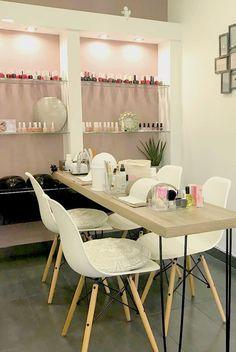Ideas for manicure salon decor design Home Nail Salon, Nail Salon Design, Nail Salon Decor, Beauty Salon Decor, Salon Interior Design, Beauty Salon Design, White Interior Design, Beauty Salon Interior, Room Interior