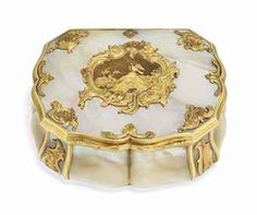 A LOUIS XV STYLE GOLD-MOUNTED MOTHER-OF-PEARL SNUFF-BOX POSSIBLY DUTCH, CIRCA 1750