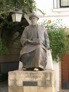 Maimónides fue filósofo, teólogo y médico. Su escultura está en la Plaza de Tiberiades de Córdoba, haciendo referencia a su lugar de enterramiento.