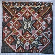 Bilderesultat for rukkastakk Ål Hardanger Embroidery, Scandinavian Art, Folk Costume, Needlepoint, Cross Stitch Patterns, Bohemian Rug, Weaving, Tapestry, Crafty