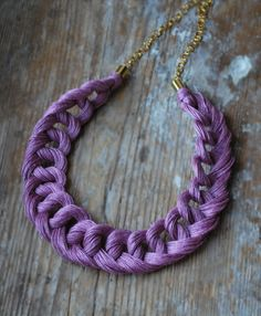 Linen Crocheted Necklace. LETICIA. Old Pink \\ Diy Jewelry Projects, Jewelry Crafts, Handmade Beaded Jewelry, Handcrafted Jewelry, Feather Necklaces, Braided Necklace, Knitted Headband, Fabric Jewelry, Diy Crochet