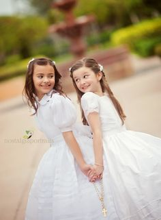 First Communion - great pose for sisters or friends receiving at the same time! Girls First Communion Dresses, First Holy Communion, Poses, Communion Hairstyles, Wedding Pics, Wedding Dresses, Fotografia Social, Religious Photos, Kirchen