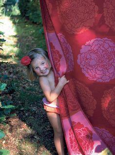 vibrant Norwegian Oleana wool blanket, and adorable little girl! Pretty Little Girls, Peach And Green, Knitted Afghans, Portraits, Sweater Making, Beautiful Children, European Fashion, Boho Fashion, Knitwear