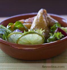 Un pollo asado a fuego lento. Es muy fácil, y además va desgrasado y con una salsa riquísima de lima-limón. Una ensalada verde es lo que mejor le va para acompañar.