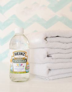 The other day, I went to use a towel. only to find that it had an unpleasant scent. To get rid of the mildew smell from my towels, I used one cup of Heinz vinegar while running the towels through a hot cycle! What's your hidden secret for freshness? Cleaning Mold, Cleaning Kit, Freshen Towels, Natural Drain Cleaner, Heinz Vinegar, Bath Toy Storage, Room Freshener, Linen Spray, Distilled White Vinegar