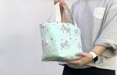 Our favorite DIY lunch boxes and bags—for the kids or yourself! Wallet Sewing Pattern, Basket Bag, Purse Patterns, Fabric Bags, Tote Purse, Handmade Bags, Purses And Bags, Chula, Pouch Tutorial