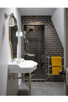 Dark Tile Bathroom - An open-plan layout full of intriguing design details in this Victorian house at Oxford - real homes on HOUSE by House & Garden. Modern Victorian Decor, Victorian Style Bathroom, Victorian House Interiors, Modern Decor, Mid-century Modern, Victorian Terrace Interior, Victorian Hallway, Victorian Townhouse, Victorian Tiles