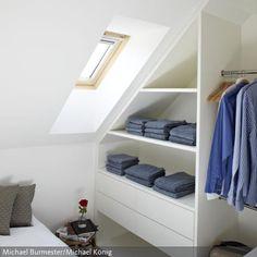 Die platzsparenden, offenen Einbau-Schrankelemente mit großen Schubladen erfüllen ihre Funktion unter der Dachschrägen.