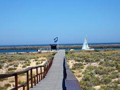 Fin de semana de chicas en un paraíso cercano - via Hola 21.07.2015 | De vez en cuando apetece despejarse de todo y planificar un fin de semana con amigas que combine diversión, sol, playa, acantilados espectaculares, buena gastronomía, cultura y, sobre todo, muchas risas. Si es así, el Algarve es un paraíso muy cerquita de casa perfecto para desconectar ¡que nos lo merecemos! #algarve #portugal #viajes #turismo Foto: Praia da Ilha Deserta, Algarve