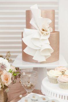 White Wedding Cakes Rose gold wedding cake // Mixing Metals: A Styled Shoot Beautiful Wedding Cakes, Gorgeous Cakes, Pretty Cakes, Amazing Cakes, Metallic Cake, Decoration Patisserie, Bridal Musings, Wedding Cake Inspiration, Elegant Cakes