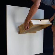 Handgefertigte schwimmende Nachttisch mit Schublade / Schubladen Mitte des Jahrhunderts Stil. Der Nachttisch ist entworfen, um an der Wand zu schweben, an der Wand befestigt, es ist eine mäßig einfache Installation für jemanden mit grundlegenden Werkzeugen (Bohrer und ein Schraubendreher) Ein mattes Acryllack wird auf das Holz aufgetragen, so dass die Pore offen bleibt und natürliches Holzöl zum Schutz anwendet. MATERIALIEN Amerikanische Eiche Amerikanische schwarze Walnuss Weiße, sc...