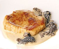 Steaks de veau sauce aux morilles Sauce Steak, Steaks, Camembert Cheese, Grilling, Food And Drink, Cooking Recipes, Baking, Ethnic Recipes, Carpaccio