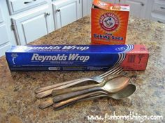 How to Easily Clean Silverware - Supplies: x piece of aluminum foil 4 cups of water 1 Tbsp baking soda Directions Place foil, water and baking soda into a large saucepan and bring to boil. How To Clean Silverware, Cleaning Silverware, Silverware Art, Clean And Shiny, Clean Clean, Clean Gold Jewelry, Silver Jewelry, Painted Trays, How To Remove Rust