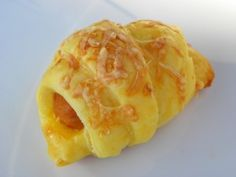 Un grand classique pour l'apéro ! Ingrédients: 1 pâte feuilletée des saucisses cooktail de la moutarde mi-forte 1 jaune d'oeuf du fromage râpé Préparation : préparer la pâte feuilletée préchauffer le four à 190° étaler la pâte feuiilletée sur le croissant...