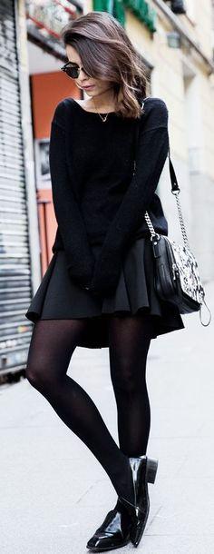Acheter la tenue sur Lookastic: https://lookastic.fr/mode-femme/tenues/pull-surdimensionne-jupe-patineuse-slippers/18171   — Lunettes de soleil noires  — Pull surdimensionné noir  — Sac bandoulière en cuir imprimé serpent noir  — Jupe patineuse noire  — Collants noirs  — Slippers en cuir noirs