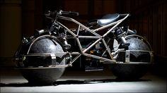 バイクは手頃な乗り物なのですが、またがっている間は常にバランスに気をつけなければ倒れてしまいます。現在サンノゼ大学の学生が開発中のこちらのバイクは、球状のタイヤが常にバランスを補正するので自立が可...