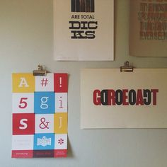 Nice way of hanging posters Handy Tips, Helpful Hints, Girls Bedroom, Bedroom Ideas, Poster Hanging, Flat Ideas, Hallways, Classroom Decor, Mockup