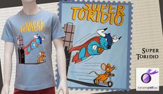 Divertida camiseta con imagen de Toridio vestido de supertoro persiguiendo a Pérez que huye en su patín.  Camiseta niño manga corta. 100% Algodón semi-peinado Ringspun. Tapacosturas reforzado en el cuello. Costuras laterales (2-6 años) o tubular (a partir del 8 años). Disponible en color azul.