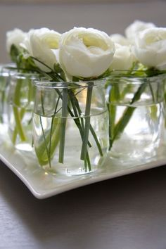 DIY - Linear and zen low centerpiece with white ranunculus in french yogurt jars. Where can I buy French yogurt? Garden Wedding Centerpieces, Low Centerpieces, Wedding Table, Table Decorations, White Ranunculus, White Peonies, Do It Yourself Decoration, Deco Champetre, Deco Floral