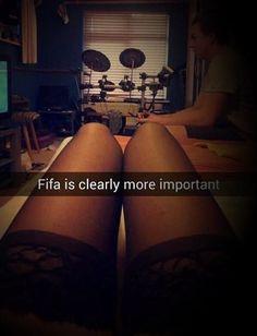Wiadomo że meczyk w Fifie ważniejszy od dziewczyny • Piękne nogi stygną bo grę nie można przełożyć • Wejdź i zobacz zabawny obrazek >> #fifa #football #soccer #sports #pilkanozna #funny